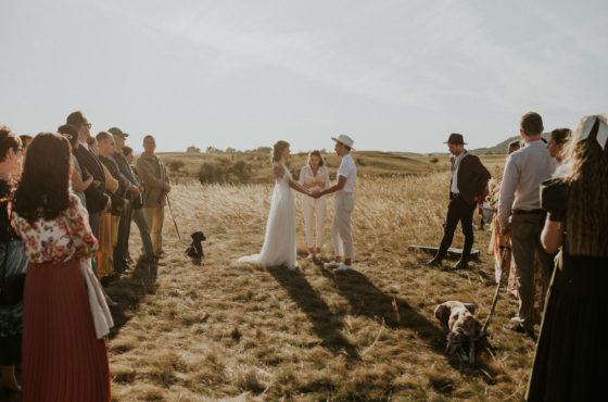Szertartás a mező közepén, ünnep a pajtában – Petra és Balázs esküvője a fenntarthatóság jegyében